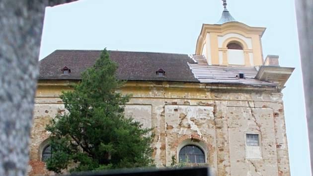 Kostel sv. Barbory v Manětíně vznikl v roce 1697 podle projektu Jeana Baptisty Matheye na místě, kde dříve stávala Barbořina svatyňka. Problém je, že stojí na břidlicovém ostrohu aspodní voda, která na břidlici působí, narušila jeho statiku.