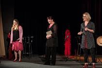 HRAJÍ (zleva): Míša Sajlerová, Dáša Bláhová a Jitka Asterová.