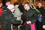 Jmenování nového biskupa přihlíželo několik stovek lidí