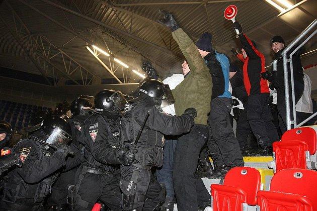 Nácvik policejního zásahu na stadionu ve Štruncových sadech