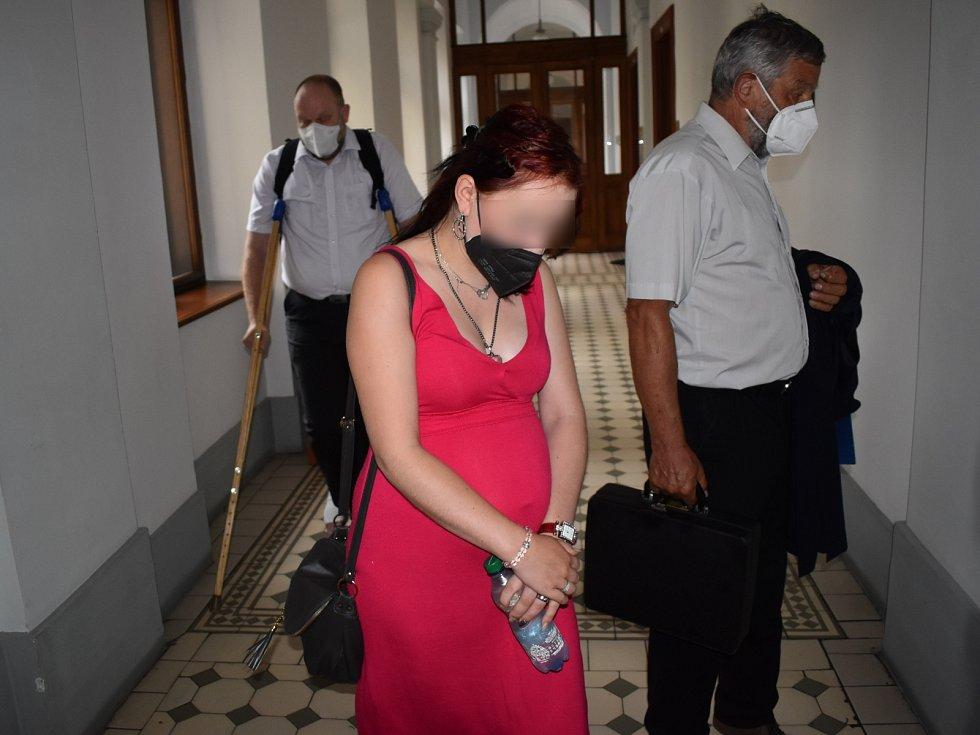 Denisa O., obžalovaná z toho, že se synem praštila o zeď, u plzeňského soudu.