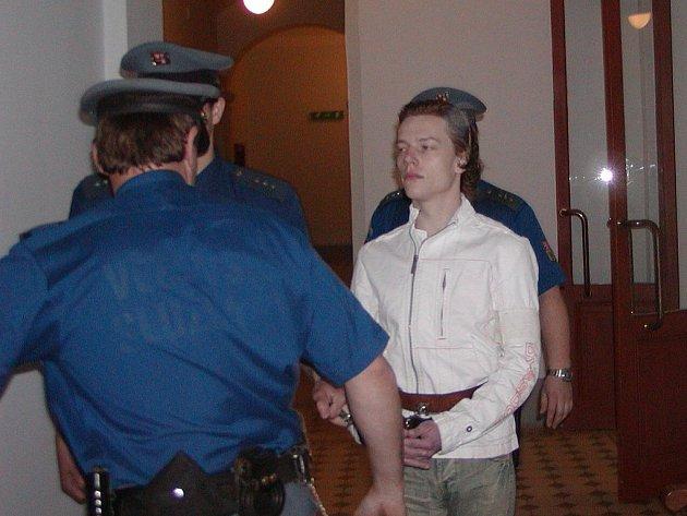 Když Tomáše Zelenku přiváděla eskorta k soudu, tvářil se  zaraženě. Ovšem v jednací síni vystupoval velmi samolibě, přestože mu za jeho čin hrozí výjimečný trest