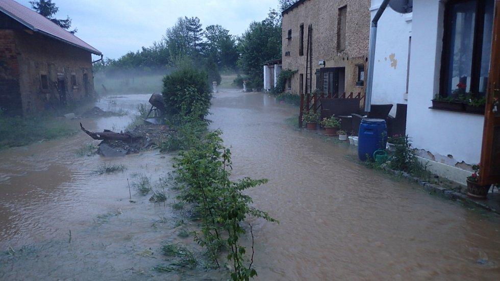 Bezemín připomínal během středečních bleskových záplav spíše vodní nádrž.  Foto: Hasičský záchranný sbor Plzeňského kraje