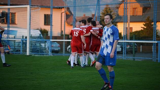 Gólová radost na straně Petřína (hráči v červeném) a zklamání ve tváři domácího hráče v dresu Nýrska.