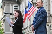 Slavnosti svobody začaly pietním aktem, kdy lidé četli jména plzeňských obětí holokaustu.