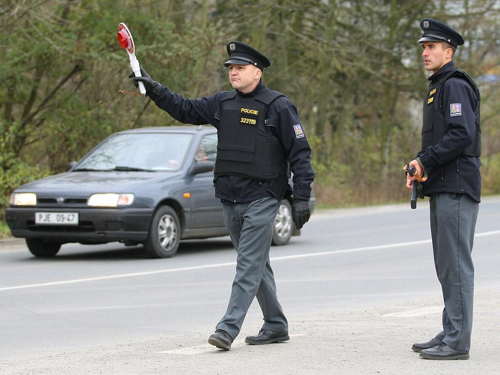 Policie zablokovala výjezdy z Plzně a zastavuje a prohlíží projíždějící auta