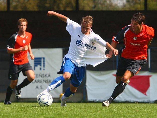 Rezerva Viktorie Plzeň porazila v ČFL doma Náchod 3:1 a získala první body v soutěži. Na snímku bojuje se soupeřem plzeňský útočník Luděk Leitl (u míče).