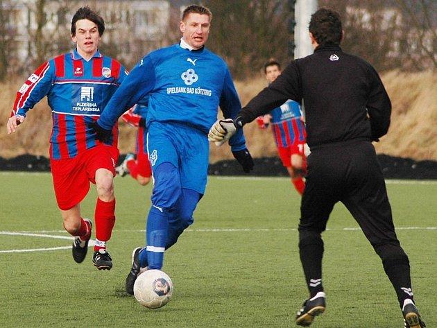 Další přípravný zápas čeká fotbalisty Viktorie Plzeň dnes v německém Kötztingu. Za domácí tým nastoupí i bývalý hráč Viktorie Petr Vlček (uprostřed)