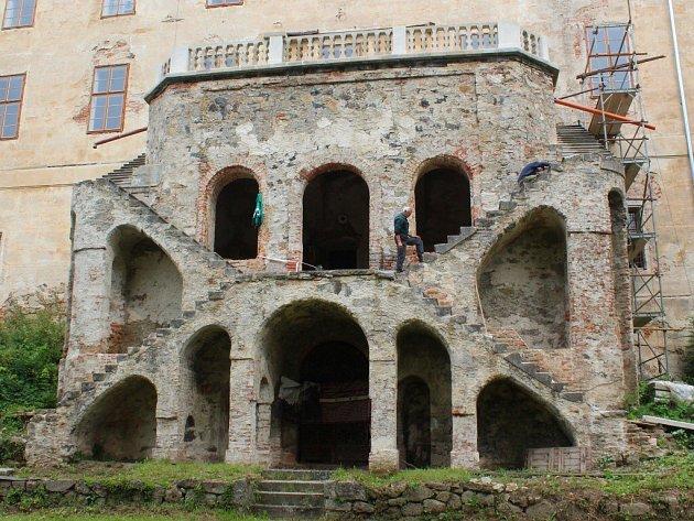 Záchrana a rekonstrukce jižní terasy zvané sala terrena zroku 1880začala vloňském roce a skončí vroce 2017.Vyjde na tři miliony korun