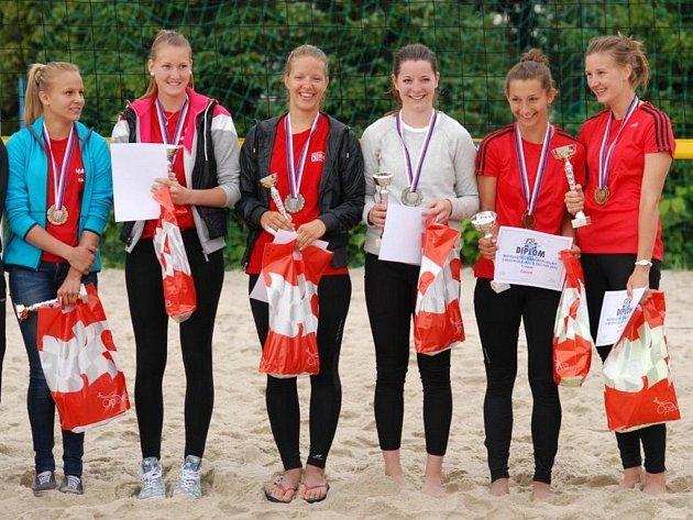Výborně si vedly Karolína Paulová a Michaela Jandová (na snímku první dvě zprava), které vybojovaly bronzové medaile