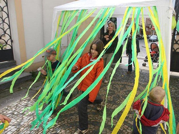 Netradiční vstup do kostela Nanebevzetí Panny Marie ve Františkánské ulici lákal děti k účasti na čtvrtý celostátní misijní kongres