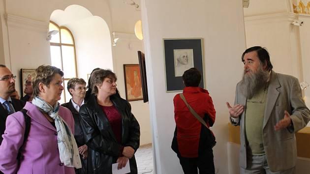 Na sobotní vernisáži  představil tvorbu svého otce  Tomáš Janeček (na snímku vpravo) za velkého zájmu veřejnosti.