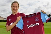 KATEŘINA SVITKOVÁ pózovala krátce po přestupu s dresem West Hamu United.