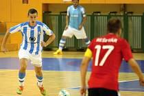 Michal Holý z Interobalu Plzeň se chystá obejít Lukáše Rešetára z Chrudimi. Mimochodem, oba hráči jsou reprezentanti ve futsale.