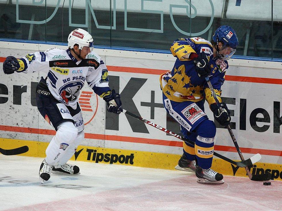Ze zápasu 8. kola hokejové extraligy Plzeň (v modrobílém) - Zlín.