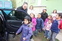 Děti z azylového domu v Čermákově ulici vyjíždějí na Romboh. Redaktorka Plzeňského Deníku Jana Nathanská jim při nasedání asistuje