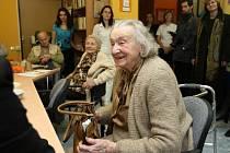 Čtyřiadevadesátiletá Josefina Napravilová včera předala Domovu sv. Alžběty dvacetitisícový dar