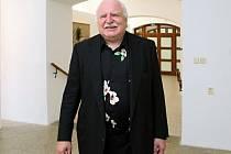 Milan Knížák po devíti letech vystavuje ve svém rodném městě. Pro Galerii města Plzně připravil výstavu svých nedávno vytvořených obrazů, plastik i instalací, jíž dal název Zanechme svět zvířatům.