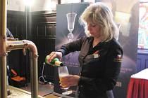 Jediná žena v soutěži výčepních Master Bartender Magdaléna Zvěřinová při jedné z disciplín
