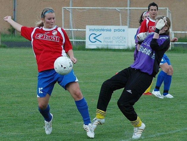 Hana Hanžlová (vlevo) z Viktorie Plzeň střílí na branku Ivančic v sobotním utkání první fotbalové ligy žen. Ivančice si z Plzně odvezly rekordních devětadvacet branek.