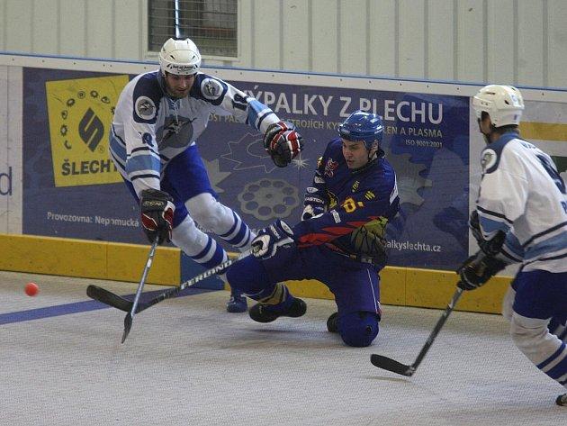 Hokejbalisté Škody Plzeň (v bílém) vstoupili do extraligového play off vítězně. V prvním utkání zdolali pražský Kert Park 4:3, ve druhém vyhráli 3:1 a v sérii vedou 2:0.