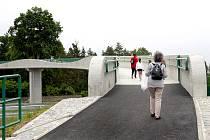 Lávka u Kamenného rybníka v Plzni je od pondělí v provozu.