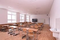 Plzeňská 20. základní škola získala novou nástavbu s odbornými učebnami a zelenou střechou.