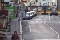 Záběr kamerového systému z Tylovy ulice v Plzni z 25. dubna. Pokud poznáváte muže, který je na záznamu zachycen, informujte policii