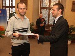 Jan Sojka (vlevo) při přebírání ceny Bohumila Polana v obřadní síni plzeňské radnice
