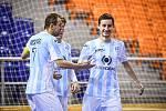 Futsalista Interobalu Plzeň Michal Holý (vpravo) přijímá gratulace ke vstřelenému gólu. Klíčový hráč Plzně jich v lize dal už sto. Jubilejní trefu zaznamenal v Brně.