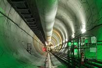 Pohled do vyražené a betonovým ostěním vyložené části tunelu