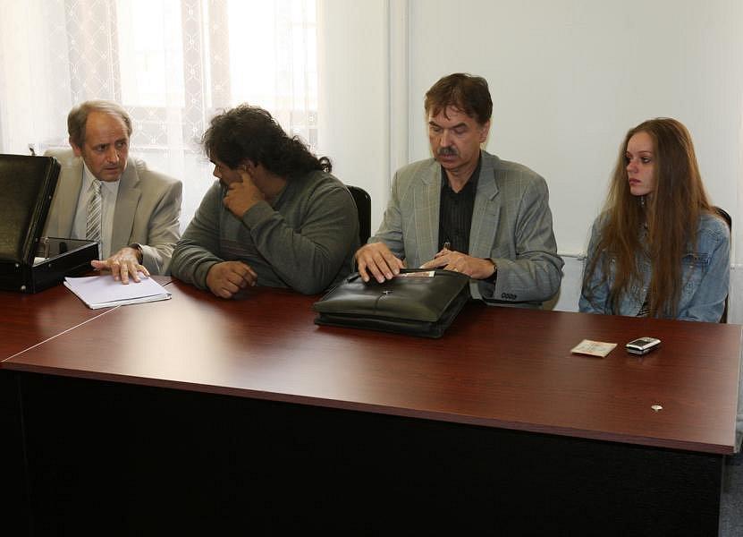 Soud s kuplíři. Na snímku zprava Hana Juházsová se svým advokátem a Julius Horvát s advokátem.