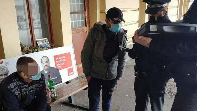 V případě lidí popíjejících na veřejnosti plzeňští strážníci alkohol v některých případech zabavují.