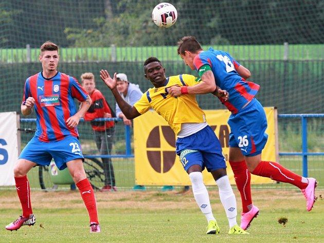 Fotbalisté  juniorského celku FC Viktorie (v modročervených dresech) neproměnili v domácím souboji s FK Teplice množství vyložených šancí a nakonec se museli spokojit jen s bodem po výsledku 2:2.