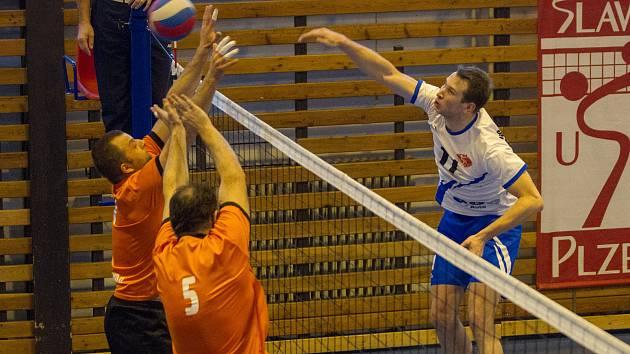 Jen tři body vytěžili z domácích zápasů s rezervou Karlovarska volejbalisté USK Slavia Plzeň. Na snímku smečuje plzeňský Jakub Brabec (vpravo).
