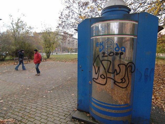 Zásobník na pitnou vodu v parku ve Francouzské ulici životodárnou tekutinu nikomu nevydá