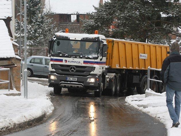 Test neprůjezdnosti vozidel delších než 10 metrů ulicí Ve Višňovce v Plzni-Božkově