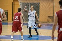 Ani návrat Václava Honomichla do sestavy Lokomotivy (na snímku z domácího utkání s Nymburkem v bílém) nevedl k zisku bodů.