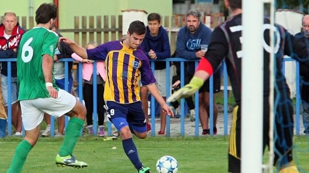 Daniel Sýs z plzeňského Senka (uprostřed) pálí  na branku Českého Krumlova v sobotním zápase, který plzeňští fotbalisté vyhráli po penaltovém rozstřelu.