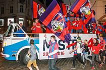 Fotbalisté Viktorie Plzeň přijíždějí na náměstí Republiky v otevřeném autobusu.