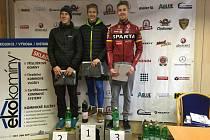 Medailové stupně si v novoročním závodě z Rokycan na Žďár - Velké ceně Eko komíny - mezi cyklisty vybojovali (na snímku zleva) druhý Jan Rajchart, vítěz František Honsa a třetí Josef Hořejší.