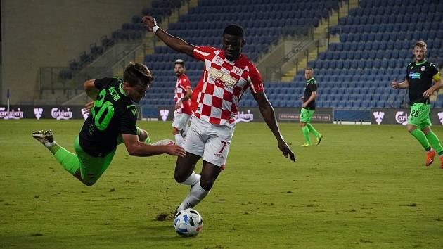 Pád záložníka Pavla Buchy po souboji s Eltonem Acolatsem jakoby předznamenal konec plzeňské Viktorie v pohárové Evropě. V Izraeli prohrála s Beer Ševou 0:1.