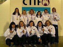 Tým Česká republika B po úspěšné reprezentaci na hasičské olympiádě
