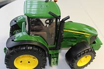 Traktor John Deere z montážní linky v Plzni-Křimicích, kde hračkářské impérium Bruder otevřelo závod