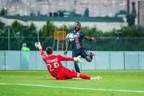 Joel Kayamba z Viktorie Plzeň přeloboval brankáře Brestu Stěpanova a po tomto nádherném fotbalovém okamžiku doletěl míč do sítě běloruského klubu.