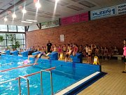 Všech třiašedesát účastníků ve věku osmi a devíti let zvládlo výcvik na výbornou a na závěr předvedlo své plavecké umění při závodu na 25 metrů volný způsob.