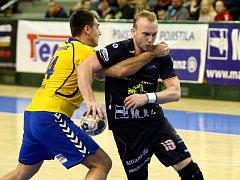 URPUTNOU OBRANU Kopřivnice se snaží překonat spojka Talentu Plzeň Jakub Tonar (vpravo). Dvacetiletý házenkář nastoupil až v průběhu zápasu a vstřelil pět branek.