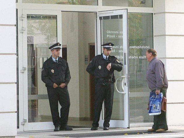 Justiční areál jihoplzeňského a severoplzeňského soudu byl v e čtvrtek dopoledne kvůli nahlášené bombě uzavřen a vyklizen, stejně jako soud pro Plzeň-město