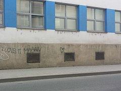 """Sprejer se """"podepsal""""  na fasádě domu v Prokopově ulici. Chvíli poté ho chytila policie"""