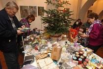 Plzeňané bez domova si užili Vánoce se salátem a dárečky